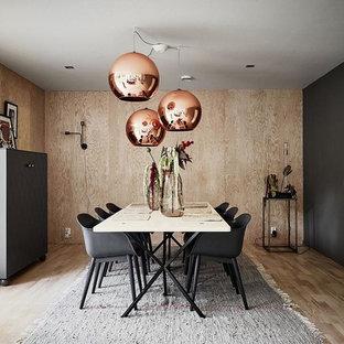 Cette image montre une grand salle à manger nordique fermée avec un sol en bois clair et un mur noir.