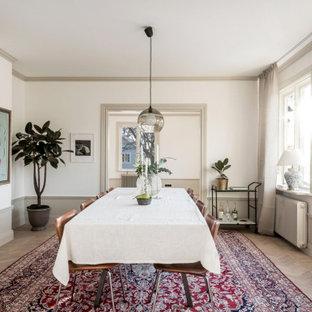 Idéer för en minimalistisk matplats, med vita väggar, mellanmörkt trägolv och brunt golv