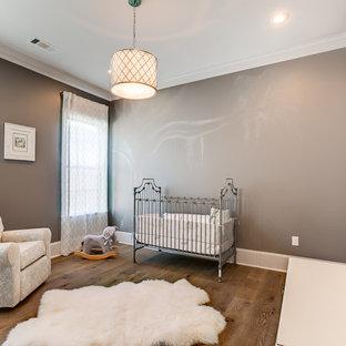 Idee per una cameretta per neonati neutra rustica di medie dimensioni con pareti grigie e parquet chiaro