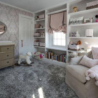 Exemple d'une chambre de bébé fille de taille moyenne avec un mur gris, moquette, un sol gris, un plafond décaissé et du papier peint.