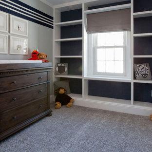 Inspiration pour une chambre de bébé garçon de taille moyenne avec un mur gris, moquette, un sol gris, un plafond décaissé et du papier peint.