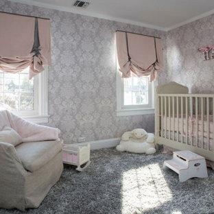 Cette photo montre une chambre de bébé fille de taille moyenne avec un mur gris, moquette, un sol gris, un plafond décaissé et du papier peint.