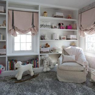 Aménagement d'une chambre de bébé fille de taille moyenne avec un mur gris, moquette, un sol gris, un plafond décaissé et du papier peint.