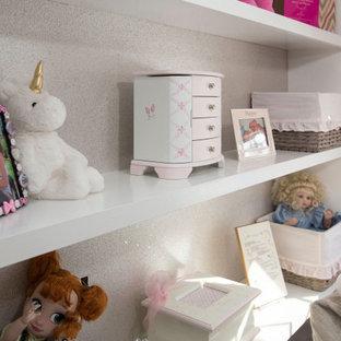 Cette image montre une chambre de bébé fille de taille moyenne avec un mur gris, moquette, un sol gris, un plafond décaissé et du papier peint.