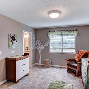 Diseño de habitación de bebé neutra de estilo americano, de tamaño medio, con paredes beige, moqueta y suelo beige