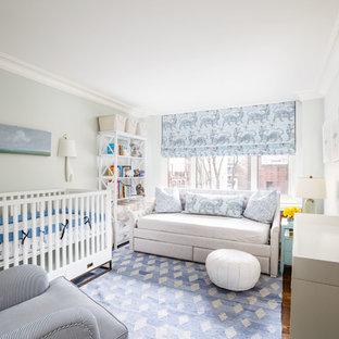Foto de habitación de bebé clásica renovada con paredes grises