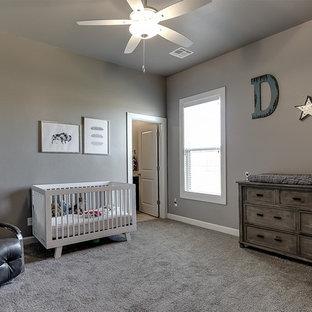 Immagine di una cameretta per neonato stile rurale di medie dimensioni con pareti grigie, moquette e pavimento grigio