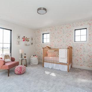 Удачное сочетание для дизайна помещения: большая комната для малыша в стиле кантри с ковровым покрытием, серым полом и разноцветными стенами для девочки - самое интересное для вас