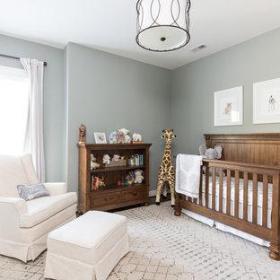 Chambre de bébé avec un sol en bois foncé : Photos, aménagement et ...