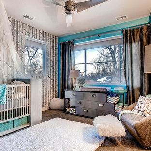 Diseño de habitación de bebé niña tradicional renovada, grande, con paredes azules y moqueta