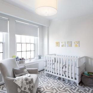 Aménagement d'une chambre de bébé neutre classique avec un mur blanc et un sol multicolore.