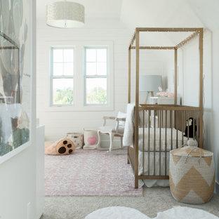Foto di una cameretta per neonata design di medie dimensioni con pareti bianche, pavimento beige, soffitto a volta e pareti in perlinato