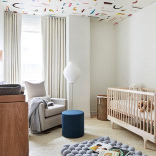 Réalisation d'une chambre de bébé neutre nordique avec un mur blanc, moquette et un sol beige.