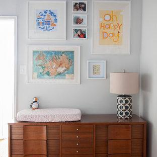 Foto de habitación de bebé neutra tradicional renovada con paredes blancas y suelo naranja