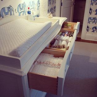 Idee per una cameretta per neonati eclettica con pareti blu