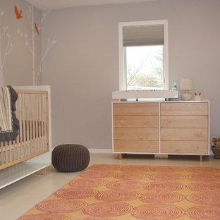 Идея дизайна: нейтральная комната для малыша в скандинавском стиле с серыми стенами