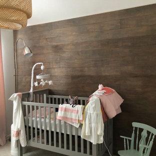 Modelo de habitación de bebé niña campestre, pequeña, con paredes blancas, moqueta y suelo beige