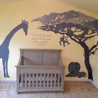 Idee per una grande cameretta per neonato contemporanea con pareti grigie e moquette