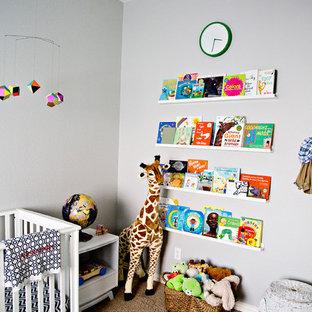 Esempio di una cameretta per neonato minimalista di medie dimensioni con pareti grigie e moquette