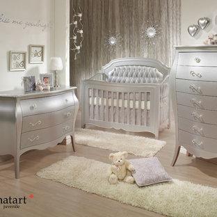 Réalisation d'une chambre de bébé neutre design avec un mur beige et un sol en contreplaqué.