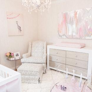 Imagen de habitación de bebé niña moderna, de tamaño medio, con paredes multicolor, moqueta y suelo beige