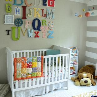 Cette image montre une chambre de bébé neutre traditionnelle avec un mur beige et moquette.