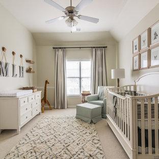 Cette photo montre une chambre de bébé neutre chic avec un mur beige, moquette et un sol beige.