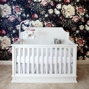 Modelo de habitación de bebé neutra actual, de tamaño medio, con paredes negras, moqueta y suelo beige