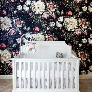 Modelo de habitación de bebé neutra contemporánea, de tamaño medio, con paredes negras, moqueta y suelo beige