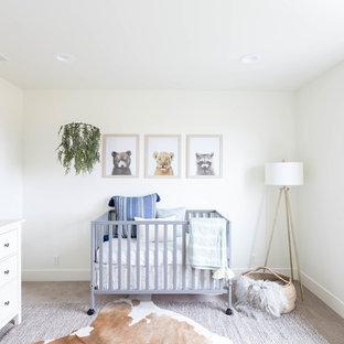 Idee per una cameretta per neonati neutra country con pareti bianche, moquette e pavimento grigio