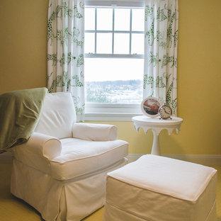 Ejemplo de habitación de bebé neutra tradicional renovada, de tamaño medio, con paredes amarillas, moqueta y suelo amarillo