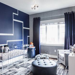 Imagen de habitación de bebé neutra actual con paredes multicolor, moqueta y suelo multicolor