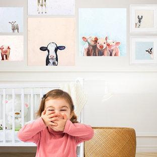 Diseño de habitación de bebé niña de estilo de casa de campo con paredes blancas y suelo de madera clara
