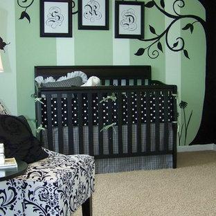 Cette photo montre une chambre de bébé chic avec un mur vert.