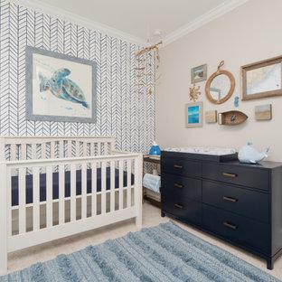 Inspiration pour une chambre de bébé garçon marine de taille moyenne avec un mur beige, moquette et un sol beige.