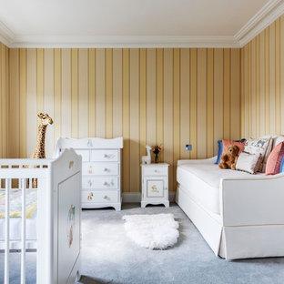 Modelo de habitación de bebé niña clásica renovada con paredes amarillas, moqueta y suelo gris