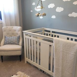 Modelo de habitación de bebé neutra contemporánea, de tamaño medio, con paredes azules y moqueta