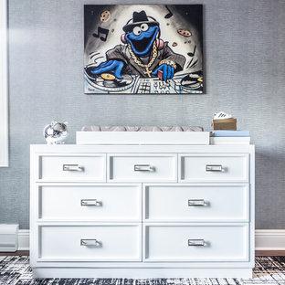 Ispirazione per una cameretta per neonato minimalista di medie dimensioni con pareti blu e parquet scuro