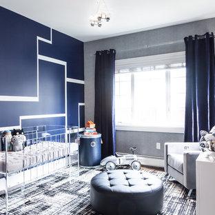 Foto di una cameretta per neonato moderna di medie dimensioni con pareti blu e parquet scuro