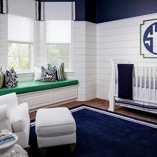 Idées déco pour une chambre de bébé garçon classique avec moquette, un mur blanc et un sol bleu.