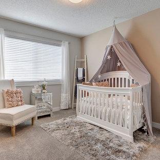 Modelo de habitación de bebé niña tradicional renovada, pequeña, con paredes grises, moqueta y suelo gris