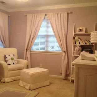 Ejemplo de habitación de bebé niña romántica, pequeña, con paredes púrpuras y moqueta