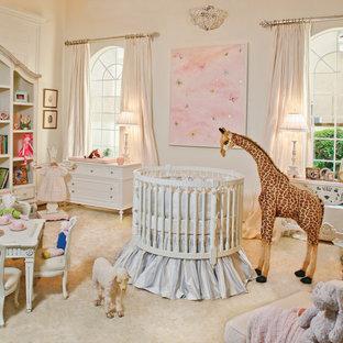 Diseño de habitación de bebé niña tradicional, extra grande, con paredes blancas y moqueta