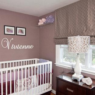 Modelo de habitación de bebé niña minimalista, de tamaño medio, con paredes púrpuras y suelo de madera clara
