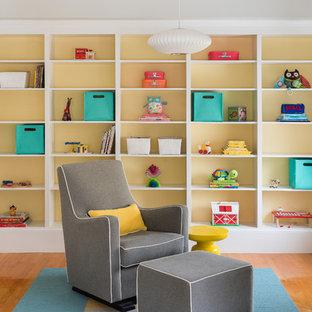Aménagement d'une chambre de bébé neutre contemporaine avec un sol orange.