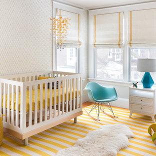 Modelo de habitación de bebé neutra clásica renovada con suelo amarillo
