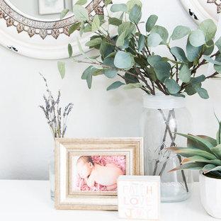 Ejemplo de habitación de bebé niña clásica renovada, pequeña, con paredes grises, moqueta y suelo beige