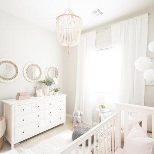 Imagen de habitación de bebé niña clásica renovada, pequeña, con paredes grises, moqueta y suelo beige
