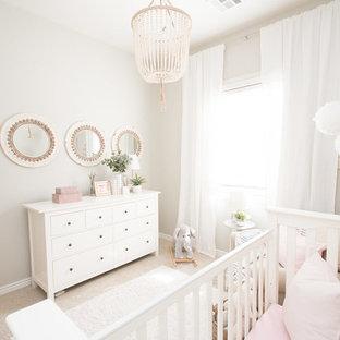 Modelo de habitación de bebé niña tradicional renovada, pequeña, con paredes grises, moqueta y suelo beige