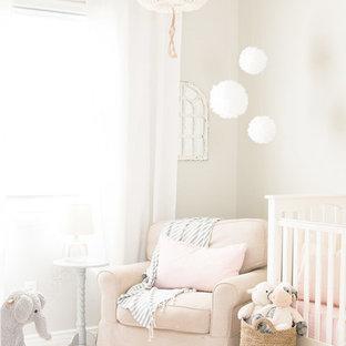 Idée de décoration pour une petit chambre de bébé fille tradition avec un mur gris, moquette et un sol beige.